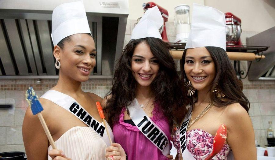 Les concurrentes de Miss Univers s'amusent avant le grand rendez-vous du 12 septembre. De gauche à droite, Miss Ghana 2011 Yayra Nego Miss Turkey 2011 Melisa Asli Pamuk et Miss Japon 2011 Maria Kamiyama.