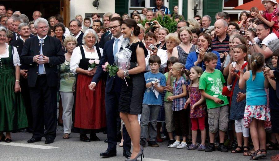 La princesse Victoria de Suède et son époux le duc de Vastergotland en visite à Aying, en Allemagne.
