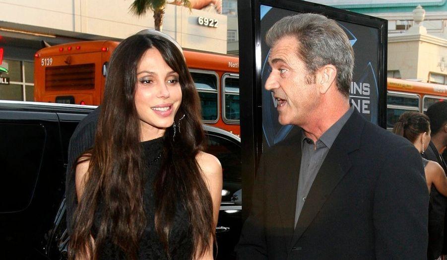 Une source proche Mel Gibson a confirmé la nouvelle à TMZ : Oksana Grigorieva, sa nouvelle compagne, en est à son 3ème mois de grossesse ! Ce sera le huitième enfant de l'acteur, qui en a eu sept autres avec celle qui deviendra prochainement son ex-femme, Robyn Moore.