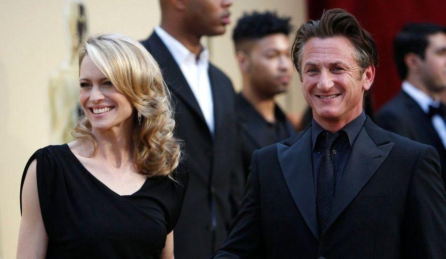 """Sean Penn a retiré sa demande de divorce lundi ! L'acteur de 48 ans, marié depuis 13 ans avec Robin Wright, a simplement expliqué au quotidien New York Daily news que cette initiative était """"une erreur arrogante"""". Le couple avait déjà engagé une procédure de divorce en décembre 2007, interrompue quelques mois plus tard."""