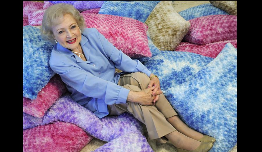 """A 88 ans, Betty White a choisi le rire plutôt que le botox pour affronter la vieillesse. La star des Craquantes n'a jamais été autant plébiscitée par les Etats-Unis de toute sa carrière. Alors qu'une pétition a circulé un temps sur Internet pour la voir présenter les Oscars, les producteurs de l'émission """"Dancing with the stars"""" ont d'ores et déjà annoncé qu'ils la voulaient dans la prochaine saison du show."""