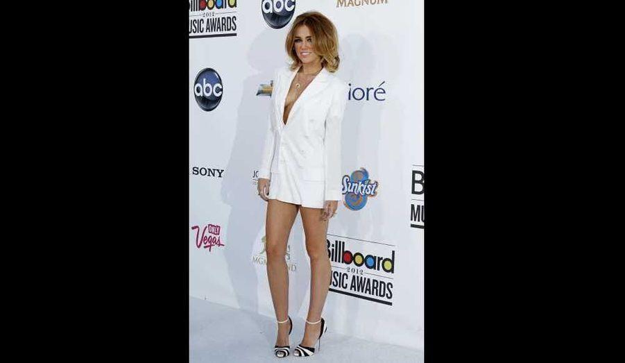 """Miley Cyrus, qui faisait déjà parler d'elle ces derniers temps à cause de sa perte de poids, fait l'objet d'une controverse à propos de la tenue qu'elle portait aux Billboard Music Awards dimanche soir. La starlette de 19 ans était en effet vêtue d'un blazer blanc hyper décolleté signé Jean-Paul Gaultier ... et rien d'autre. Serait-elle en train de se """"Rihannaïser""""?"""