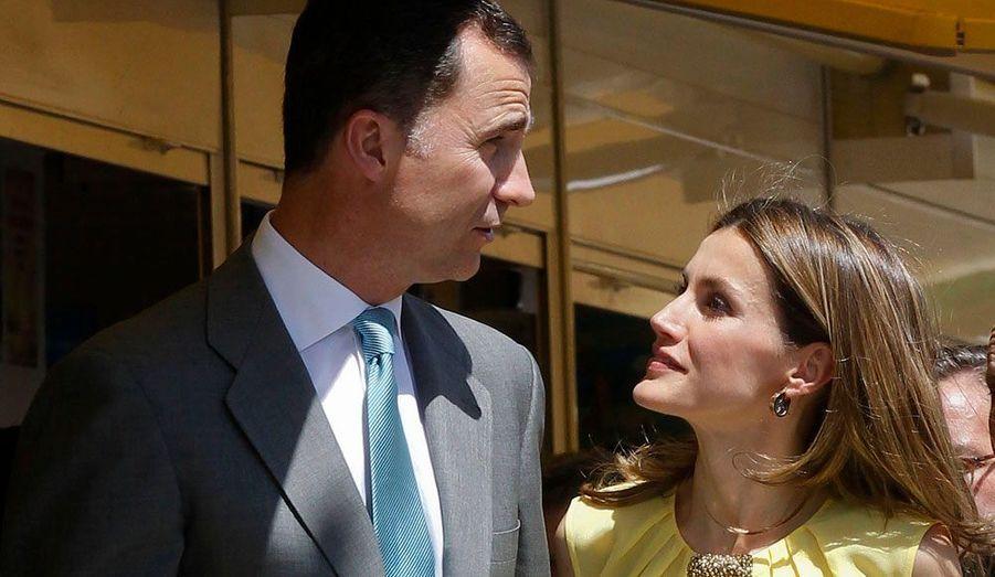 Le prince Felipe d'Espagne et la princesse Laetizia, complices lors de l'inauguration de la foire internationale du livre qui se déroule à Madrid.