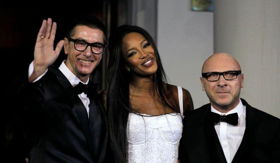 Le duo italien Stefano Gabbana et Domenico Dolce, aux côtés de Naomi Campbell lors d'une soirée fêtant les 25 ans de carrière du top britannique à Shanghai.