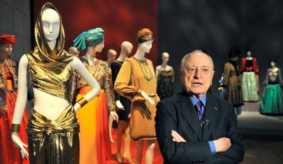 Au Petit Palais, à Paris, l'entrepreneur français, Pierre Berger, assure la promotion d'une des collections de feu Yves Saint-Laurent, à quelques jours d'une exposition dédiée au couturier.