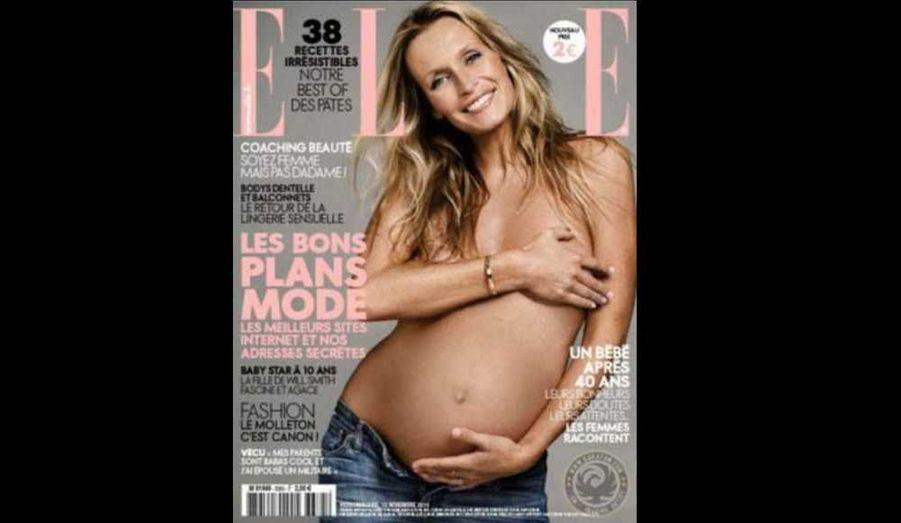 """Enceinte de son troisième enfant, Estelle Lefébure, 44 ans, fait cette semaine la couverture du magazine Elle. Le mannequin y apparait topless –elle cache sa poitrine avec la main, et confie se sentir """"épanouie et heureuse""""."""