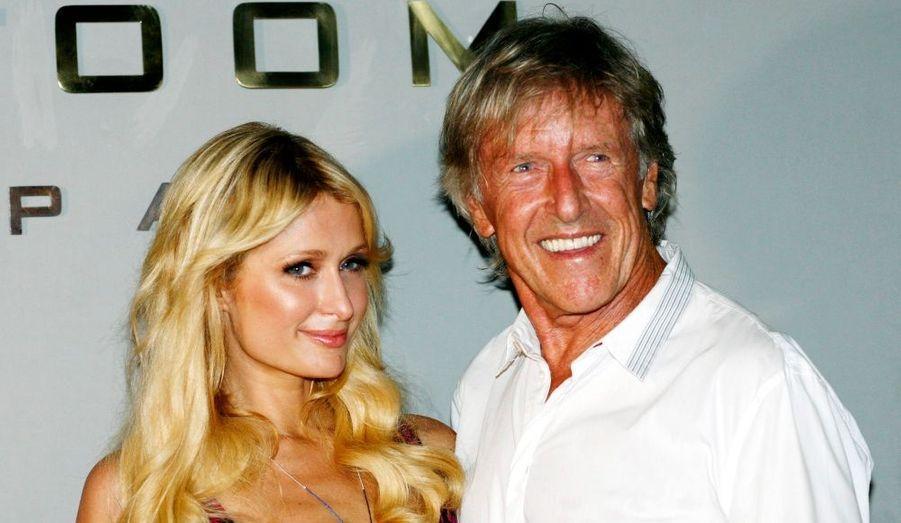 Paris Hilton pose avec le coiffeur Rob Peetoom à Seminyak, à Bali. La starlette devait assister à l'ouverture du salon HairSpa sur l'île.