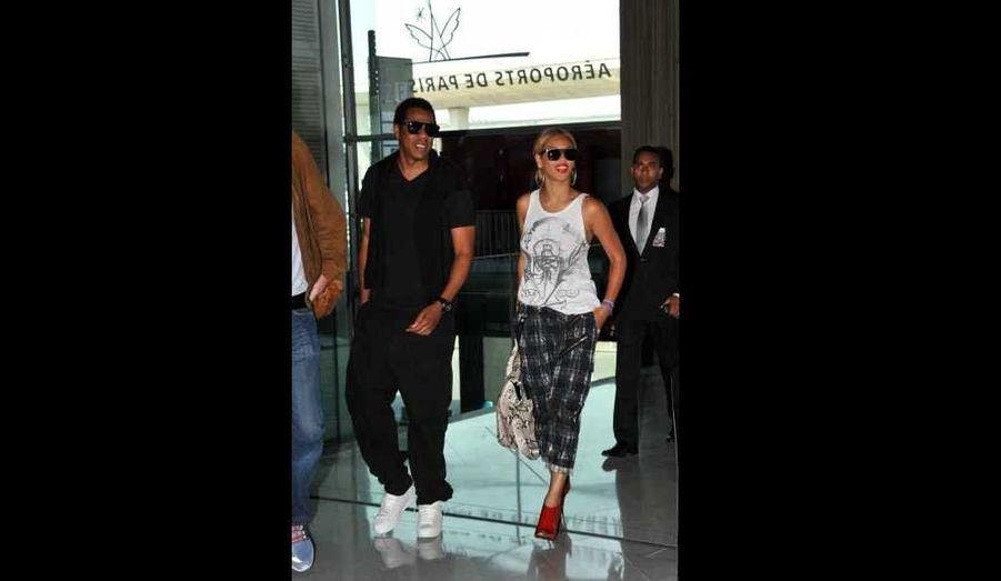 A Paris depuis la semaine dernière pour enregistrer une nouvelle chanson avec Kanye West, et après un passage remarqué à Disney Land, Beyoncé et Jay-Z ont quitté la capitale française, ce mardi. Installés à l'Hôtel Meurice, dans une suite à 14 000 euros la nuit, les amoureux sont également passés au Fouquet's, chez le célèbre glacier Berthillon, ou encore au Ritz, où la chanteuse a posé pour le magazine Harper's Bazaar, avant de venir saluer ses fans au balcon…