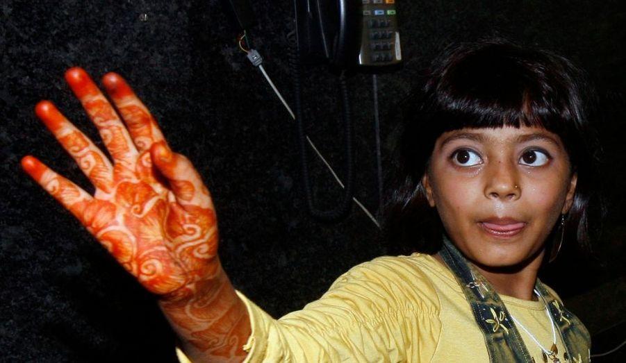 Le père de Rubina Ali, la jeune interprète de Latika dans Slumdog Millionaire, aurait voulu vendre sa fille dans le cadre d'une adoption, à en croire News of the World, dans son édition de dimanche. Selon le journal britannique, Rafiq Qureshi a demandé plus de 300000 euros à l'un de ses reporters qui se faisait passer par un riche cheikh de Dubaï. Le père a nié toute tentative de vendre la petite Rubina.