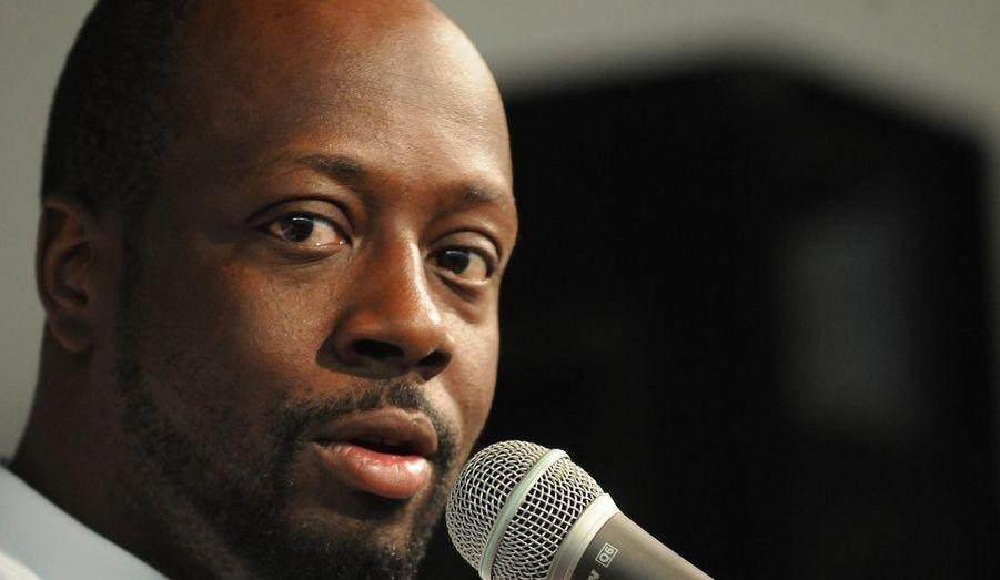 """Wyclef Jean pourrait bien changer de vocation. D'après Us Magazine, le chanteur aurait décidé de se présenter aux prochaines élections présidentielles d'Haïti. Depuis le séisme qui a frappé son île d'origine en janvier dernier, l'ex-Fugges consacre tout son temps à la reconstruction du pays. """"Je ne peux pas chanter pour toujours"""", a-t-il récemment confié sur CNN. Le chanteur a jusqu'à début août pour déposer son dossier de candidature pour les élections qui auront lieu en novembre."""