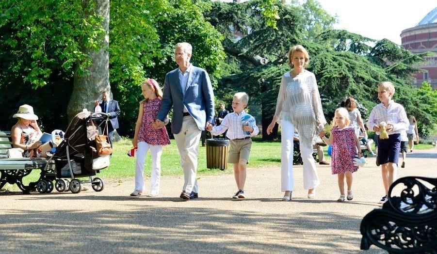 Le prince de Belgique Philippe et la princesse Mathilde accompagnés de leurs enfants se promènent à Londres. Ils assisteront demain à la cérémonie d'ouverture.
