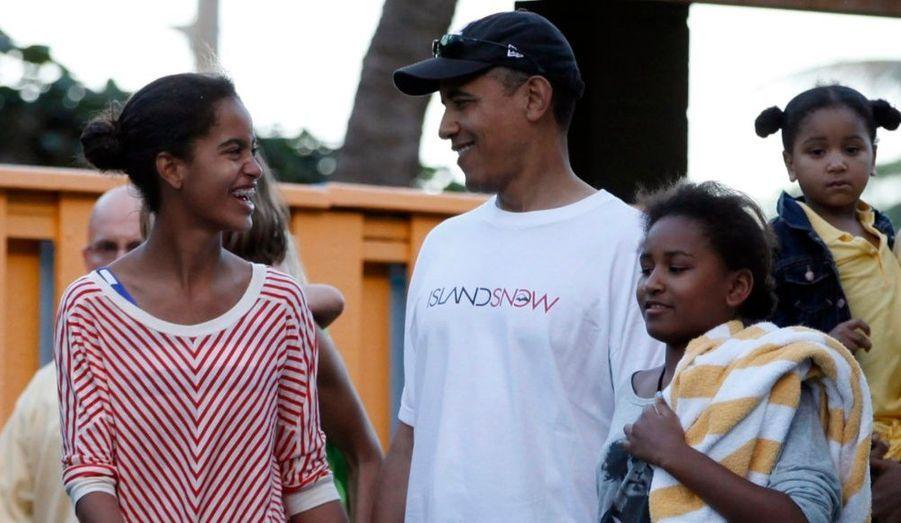 Barack Obama et ses filles Malia et Sasha quittent le parc aquatique Sea Life à Hawaï, où la famille présidentielle est en vacances pour Noël.