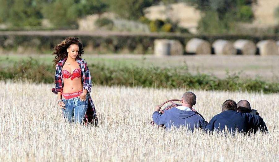 """Un fermier irlandais qui avait donné Rihanna la permission de tourner son nouveau clip, """"We Found Love"""", dans son champ de céréales, a coupé court au tournage lundi, jugeant les tenues de la chanteuse trop osées. La jeune femme de 23 dansait dans un bikini rouge quand Alan Graham, 61 ans, est intervenu avec son tracteur pour la réprimander. """"J'ai trouvé sa tenue inappropriée, a-t-il expliqué à la BBC. Je leur ai demandé d'arrêter le tournage et ils l'ont fait. J'ai ensuite parlé avec Rihanna et j'espère qu'elle comprend ma position. Nous nous sommes ensuite serré la main"""", a-t-il ajouté."""