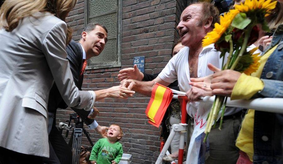 Le prince Felipe d'Espagne, en visite officielle en Allemagne, tente de réconforter un petit garçon en larmes dans les rues de Hambourg.
