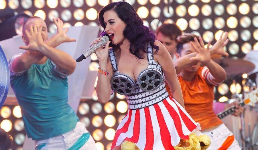 """Katy Perry a chanté à l'avant-première du documentaire qui lui est consacré, """"Katy Perry: Part of Me"""", au théâtre Grauman's Chinese de Los Angeles."""