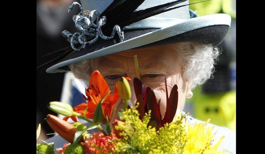 """La reine Elizabeth à la cathédrale Derby, pour le """"Maundy service"""", un tradition vieille de 800 ans durant laquelle la souveraine distribue des pièces à des personnes qui ont rendu des services à la communauté et à la paroisse -elle se rend chaque année dans une cathédrale différente."""