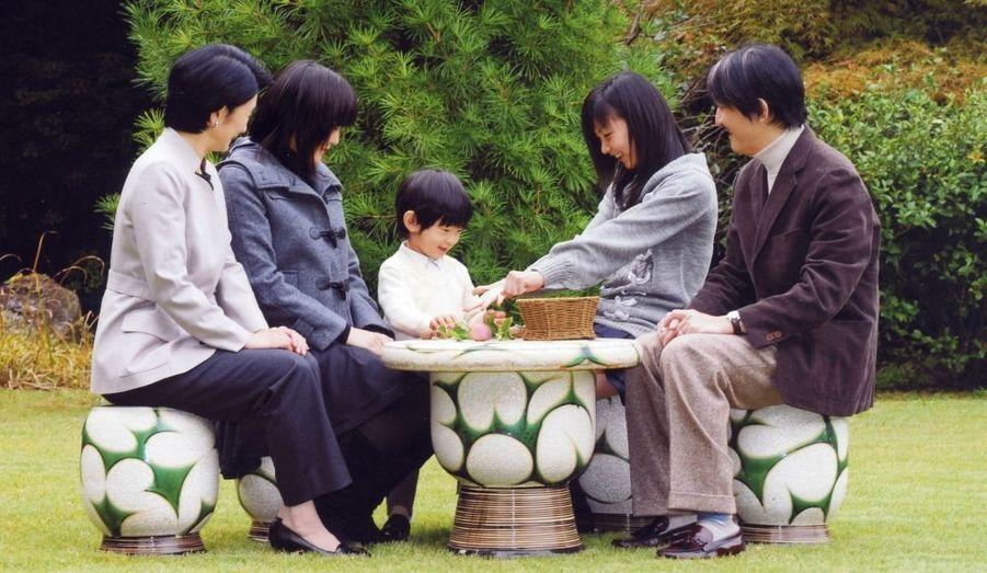 Le Prince Akishino fête aujourd'hui son 45e anniversaire. Il est le deuxième enfant de l'empereur Akihito.