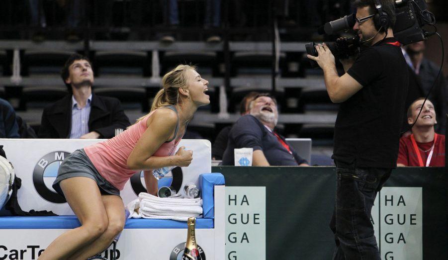La tenniswoman Sharapova se laisse aller à quelques instants de rigolade face au caméraman, lors d'un match qui l'a opposé à la Tchèque Safarova ce lundi, à Prague.