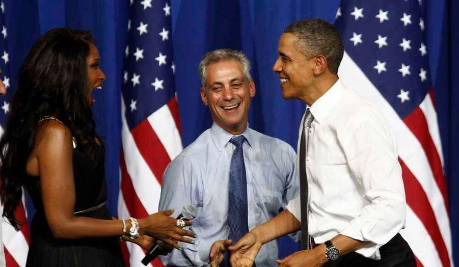 """Barack Obama a été accueilli par Jennifer Hudson et le maire de Chicago Rahm Emanuel au Comité national démocrate (DNC). La chanteuse a entonné """"Happy birthday to you"""". Le président américain souffle ses 50 bougies ce jeudi."""