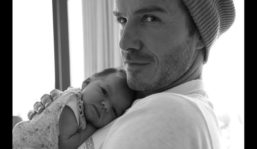 Victoria Beckham a posté ce week-end sur Twitter cette photo de son mari David, avec leur fille Harper, née le 17 juillet dernier.