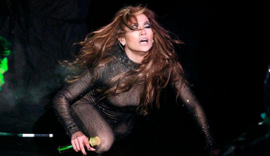Jennifer Lopez, toutes courbes dehors, a donné de la voix lors des célébrations du passage à la nouvelle année, à New York jeudi soir.