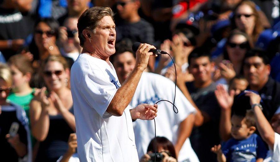 """A l'occasion du match de baseball opposant les Los Angeles Dodgers aux Arizona Diamondbacks dans """"la cité des anges"""", David Hasselhoff a entonné l'hymne américain devant un public conquis."""