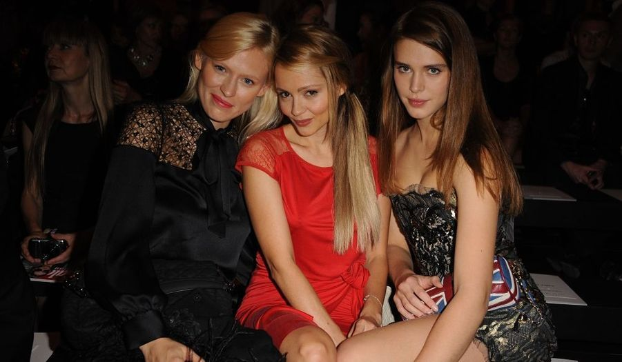 Les actrices Anna Sherbinina , Béatrice Rosen et Gaia Weiss lors du défilé Printemps-Eté 2012 Emanuel Ungaro.