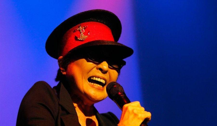 Yoko Ono a fêté le 70e anniversaire fictif de John Lennon en donnant de la voix lors d'un concert en Islande.