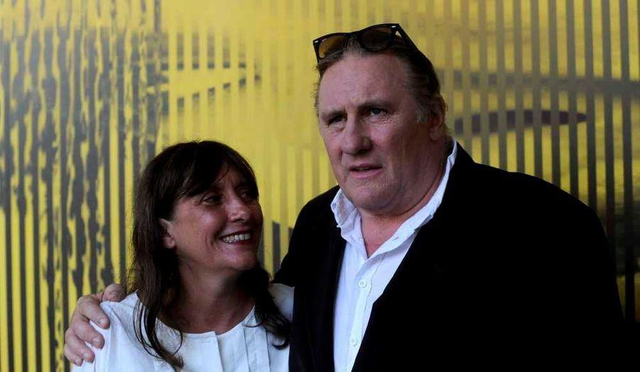 """Gérard Depardieu et la veuvede Maurice Pialat, Sylvie Pialat, posent lors d'un photocall à la 64e festival du film de Locarno, pour un hommage à la collaboration artistique entre l'acteur et le cinéaste. Le directeur artistique du festival, Olivier Père, a rendu hommage à """"un couple majeur du cinéma français"""", qu'il a comparé au duo Jean Renoir-Michel Simon, rapporte LeMatin.ch. Gérard Depardieu s'est dit """"très ému"""" d'être sur la Piazza Grande. Les quatre longs métrages de Pialat avec Depardieu en tête d'affiche (Loulou, Police, Sous le soleil de Satan et Le Garçu) ont ensuite été projetés."""