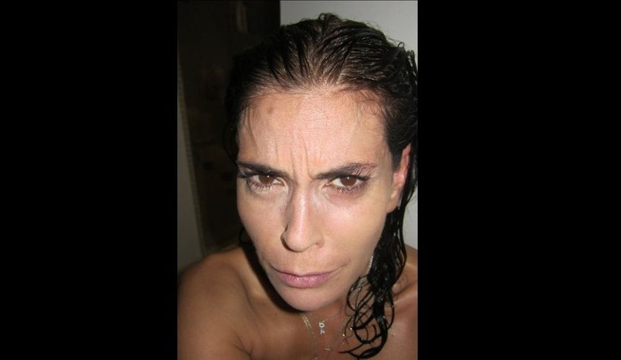 """La magnifique Teri Hatcher a posté sur son Facebook toute une série de photos d'elle sans maquillage, faisant différentes grimaces. Le but ? prouver qu'elle n'est pas """"botoxée"""" comme le prétend la rumeur –même si elle l'a été par le passé- et inciter les femmes à rester naturelle. """"Eh, oui, je suis seule dans ma salle de bain, nue dans ma serviette, pour toutes les femmes et pour leur dire VOUS ÊTES BELLES !"""", a-t-elle écrit."""