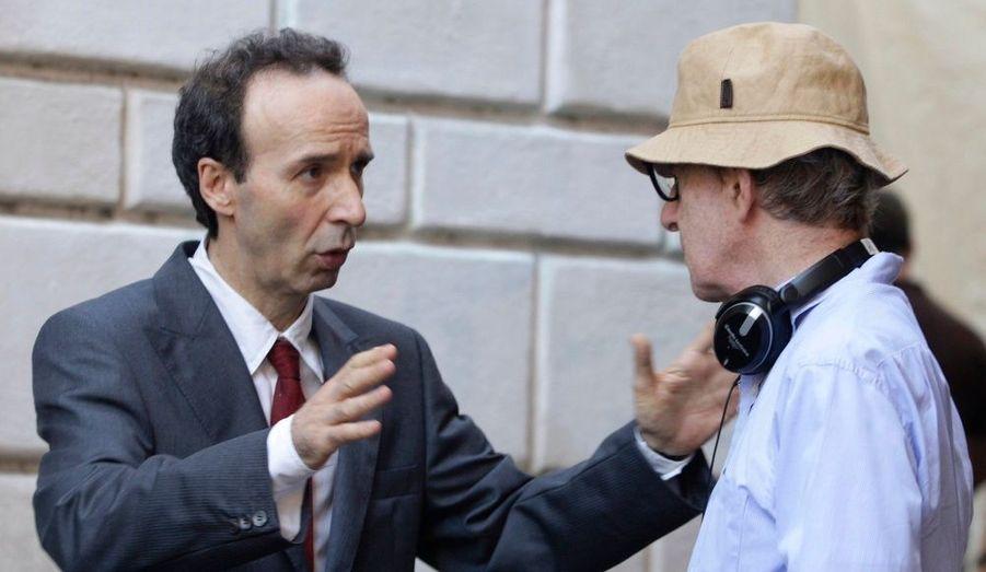 Le comédien italien Roberto Benigni converse avec le réalisateur Woody Allen sur le tournage du prochain film de l'Américain, «The Bop Decameron».