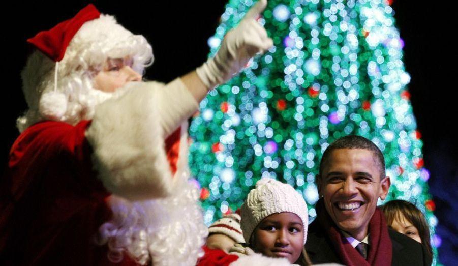 Barack Obama et sa famille ont assisté à l'illumination du traditionnel sapin de noël lors d'une cérémonie donnée à Washington. Avec un invité de marque... le père Noël.