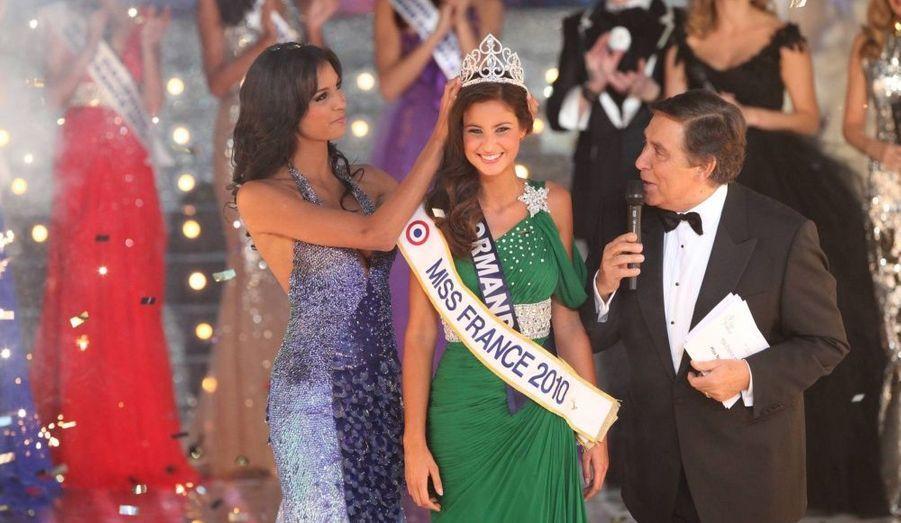 C'est la grande favorite de la soirée, Miss Normandie, Malika Ménard, 22 ans, 1 m 76, rès jolie brune aux yeux bleus, qui est la nouvelle Miss France 2010. Elle succède à Miss France 2009, la franco-américaine Chloé Mortaud. Pour la première fois cette année, c'est le public de TF1 qui a élu Miss France. Miss Rhône-Alpes est première dauphine.