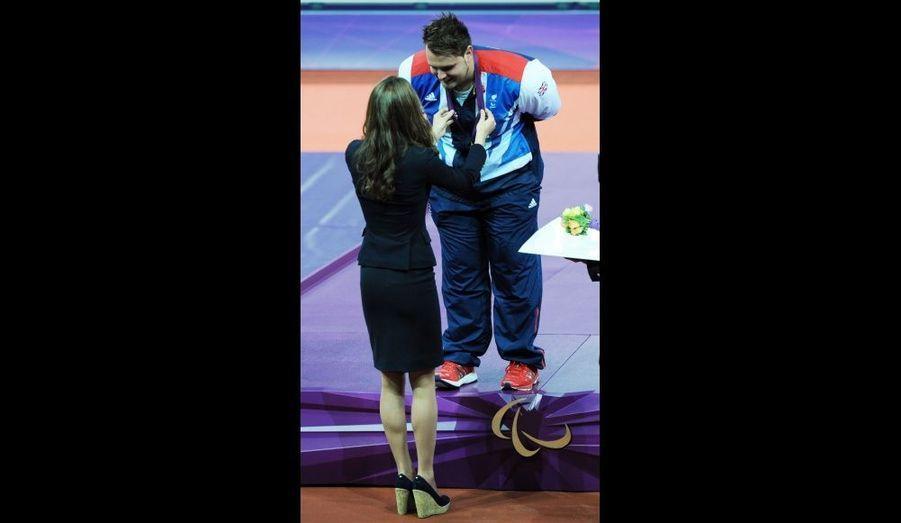 La duchesse de Cambridge a remis la médaille d'or du lancer du disque au britannique Aled Davies au Stade olympique de Londres.