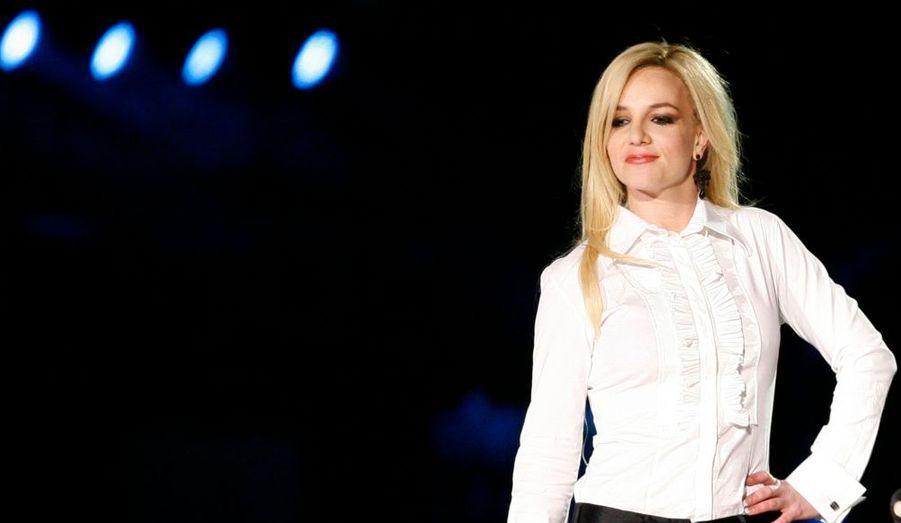 """Le garde du corps de Britney Spears poursuit la chanteuse pour harcèlement sexuel. Selon un document récupéré par TMZ, Britney aurait à plusieurs reprises tenté de l'exciter en se montrant nue. """"Elle portait une robe de dentelle blanche transparente. Elle est passée proche de Flores (le garde du corps, ndlr) et a intentionnellement fait tomber son briquet par terre. En se penchant pour le ramasser, elle a exhibé ses parties intimes. Cet incident a causé un choc à Flores et l'a dégouté"""", explique le document. De plus, la chanteuse se serait adonné à des actes sexuels en présence de ses deux enfants dans la même chambre, en faisant beaucoup de bruit, et aurait, à plusieurs reprises, demander la ceinture à Flores pour frapper les enfants, Preston et Jayden. Fernando Flores a formellement intenté sa poursuite mercredi à la Cour supérieure du comté de Los Angeles."""