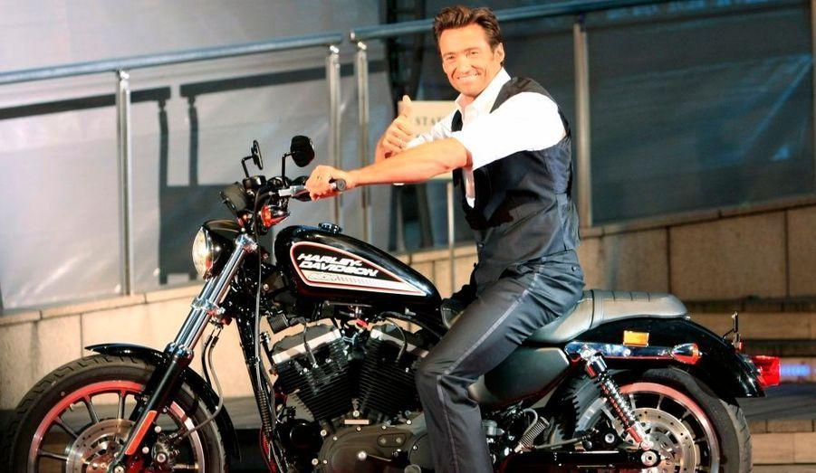 En pleine promotion de Wolverine, Hugh Jackman n'hésite pas à chevaucher une grosse cylindrée.