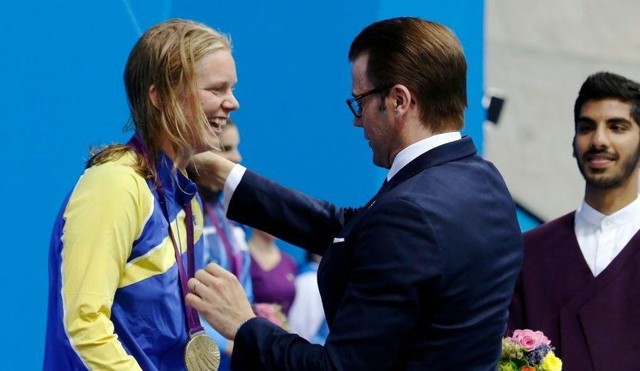 Le prince Daniel de Suède a remis la médaille d'or à la nageuse Maja Reichard, qui a remporté l'épreuve du 100m brasse dans la catégorie SB11 (malvoyants), aux Jeux Paralympiques de Londres.