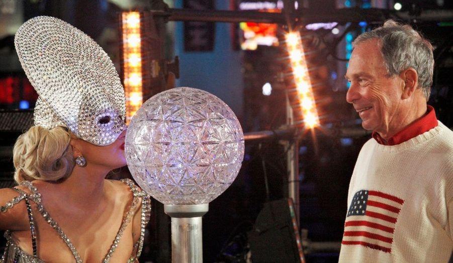 La chanteuse Lady GaGa, embrassant la New Year's Eve ball en compagnie du maire de New York, Michael Bloomberg. La chanteuse a été choisie pour le traditionnel décompte du passage en 2012 sur Times Square.
