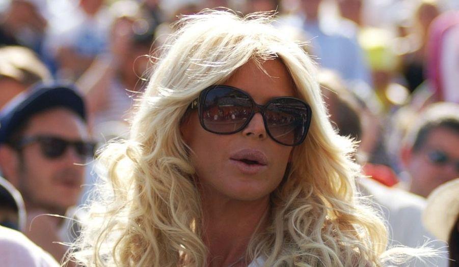 La sculpturale Victoria Silvstedt prend un bain de soleil dans les tribunes du tournoi de tennis de Monte-Carlo.