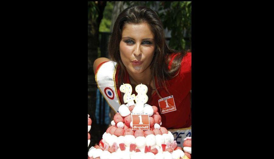 Malika Ménard, notre délicieuse Miss France, a fêté son 23e anniversaire sur la route du Tour de France.