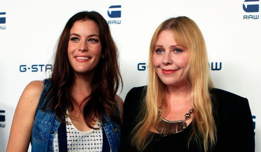 L'actrice Liv Tyler et sa mère Bebe Buell au défilé G-Star printemps-été 2011, présenté à l'occasion de la Fashion Week de New York.