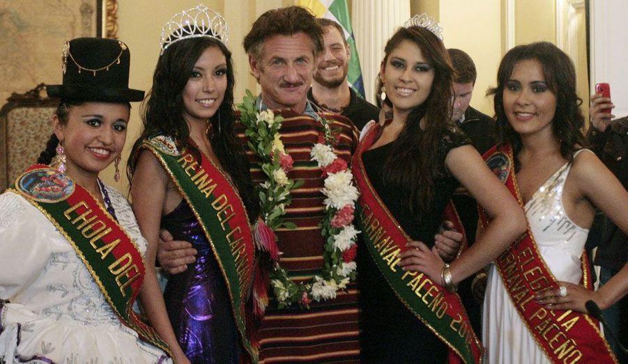 Sean Penn pose entouré des reines du carnaval bolivien, venues des différentes régions du pays. L'acteur engagé est de passage en Bolivie afin de rencontrer le président Morales au Palais gouvernemental de La Paz.