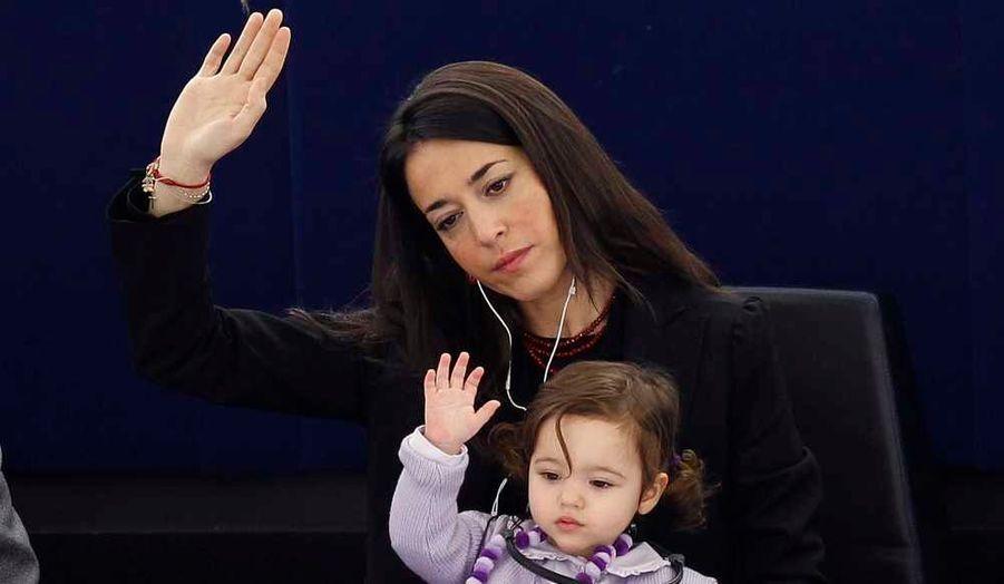 La députée italienne Licia Ronzulli prend part, avec sa fille, à une session de vote au Parlement européen à Strasbourg ce mercredi.