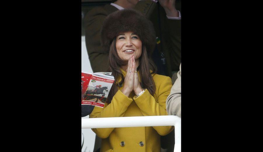 La petite soeur de la duchesse de Cambridge, Pippa Middleton, est visiblement ravie d'assister aux courses de chevaux de Cheltenham.