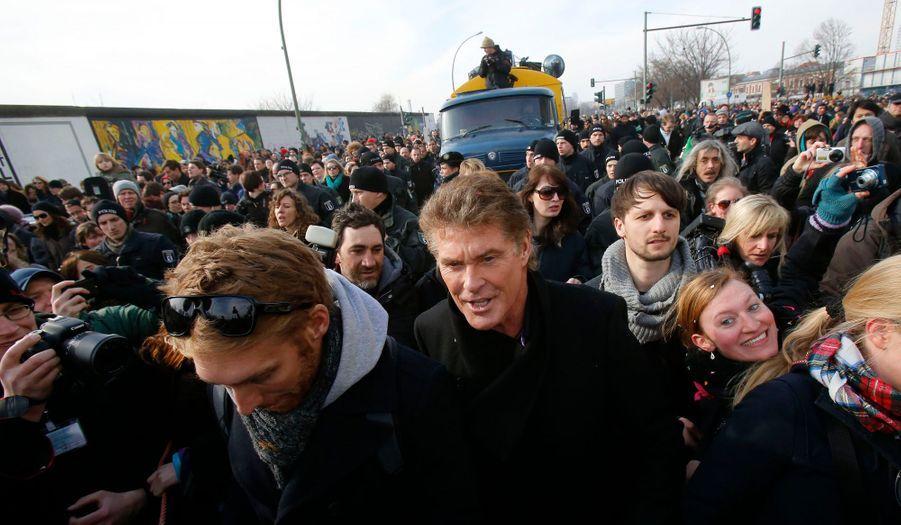 David Hasselhoff est venu dimanche soutenir les opposants à la destruction des restes du Mur de Berlin, où il avait chanté le 31 décembre 1989.