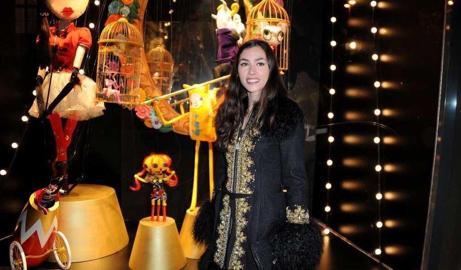 """Olivia Ruiz a donné le coup d'envoi hier soir des illuminations de Noël en face de l'Hôtel de Ville. La chanteuse de 30 ans avait aussi pour mission de décorer une vitrine du BHV sur le thème de """"Noël Circus"""". """"Je suis une saltimbanque. Chaque soir, j'investis un nouveau lieu pour en faire un chez-moi éphémère et inviter les gens dans mon petit monde. D'habitude, cela se passe dans les salles de concerts ou les théâtres. Cette fois, c'est au BHV que je vais faire mon cirque"""", a-t-elle déclaré dans un communiqué de presse."""