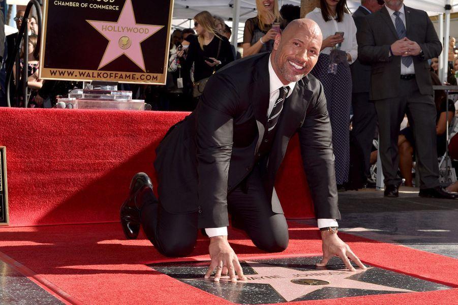 Dwayne Johnson sur the Walk of Fame à Los Angeles, le 13 décembre 2017.