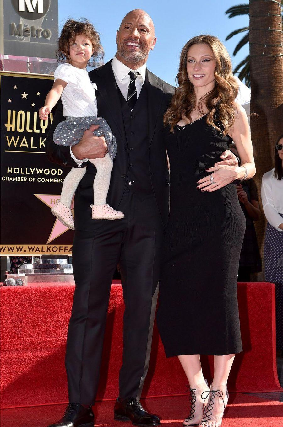 Dwayne Johnson, Lauren Hashian et Jasminesur the Walk of Fame à Los Angeles, le 13 décembre 2017.