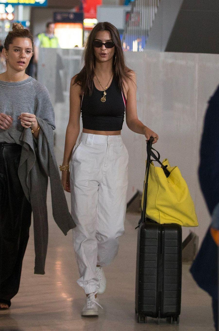 Emily Ratajkowski à l'aéroport Charles de Gaulle, lundi 28 mai