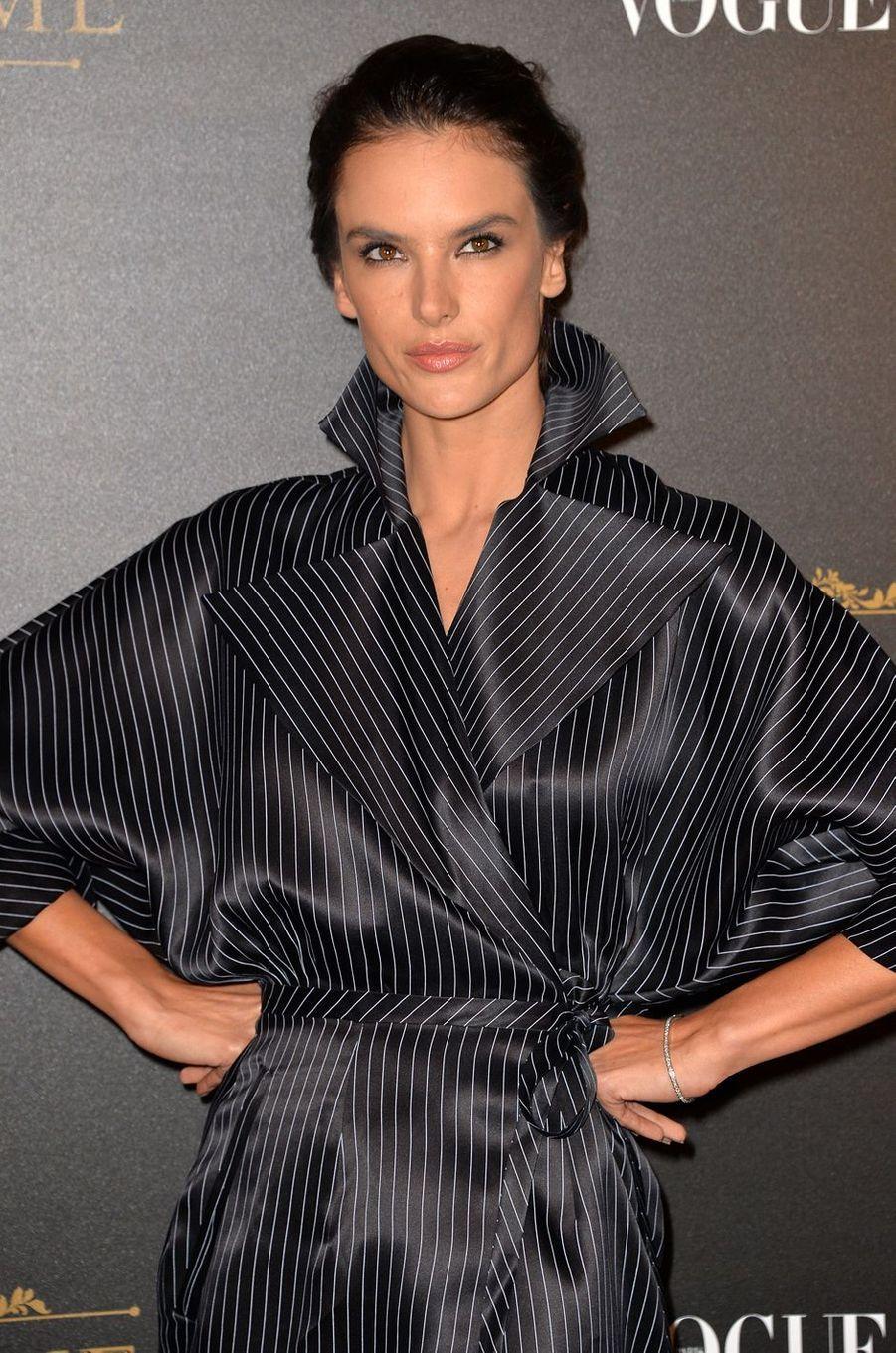 Alessandra Ambrosioà la soirée Vogue x Irving Penn, le 1er octobre 2017 à Paris.